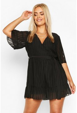 Black svart Plus - Randig playsuit i satin med volanger